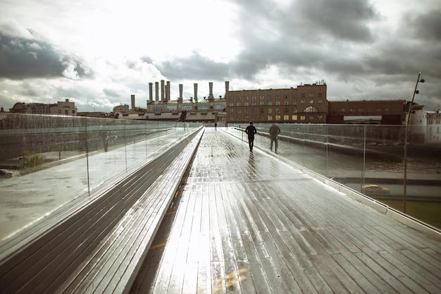 Parco pedonale galleggiante zaryadye del ponte, di fronte al cremlino di mosca Foto Premium