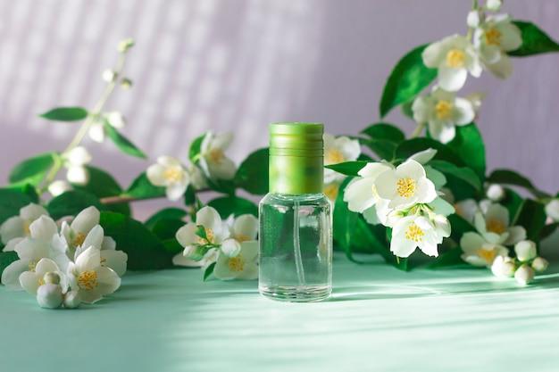 Profumo floreale con profumo di fiori di gelsomino, bottiglia con fragranza Foto Premium