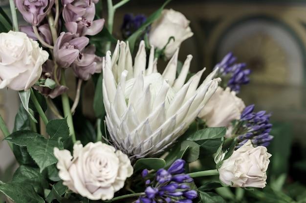 Centro di fiori in un negozio di fiori con rose Foto Premium