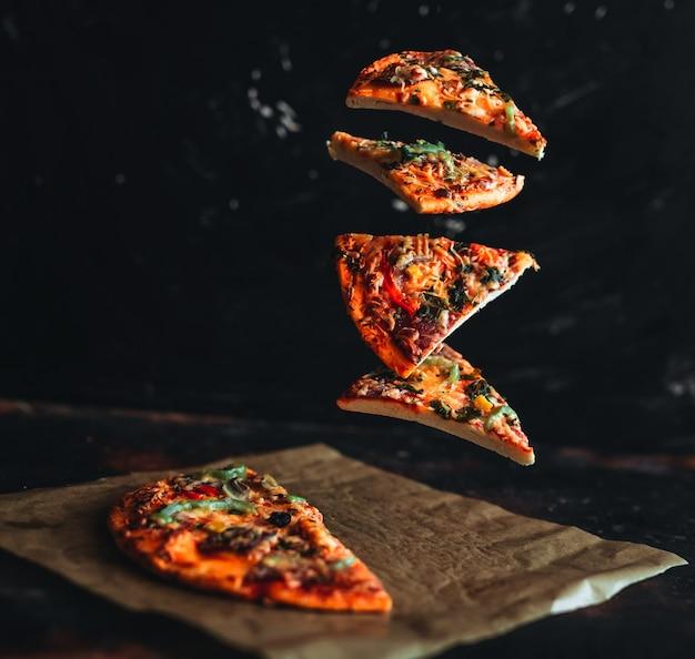 Fette di pizza volanti Foto Premium