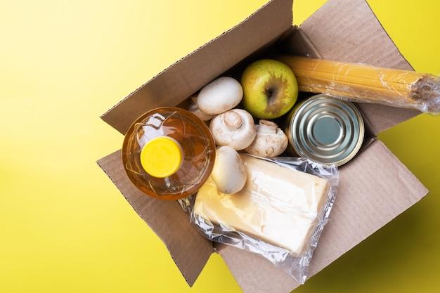 Donazione di cibo in una scatola. copia dello spazio. Foto Premium