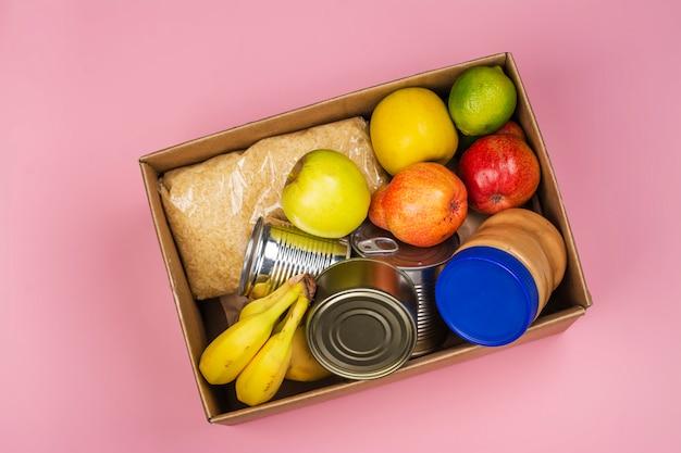 Scatola per donazioni alimentari, vari prodotti Foto Premium