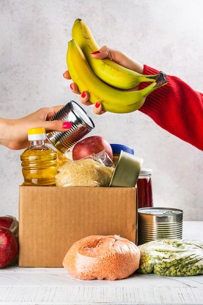 Scatola per donazioni alimentari Foto Premium