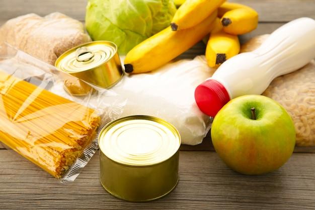 Donazioni di cibo su sfondo grigio. vista dall'alto Foto Premium