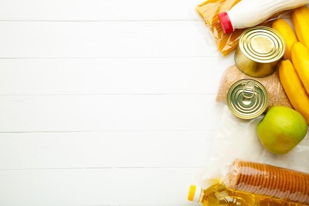 Donazioni di cibo su sfondo bianco. vista dall'alto Foto Premium