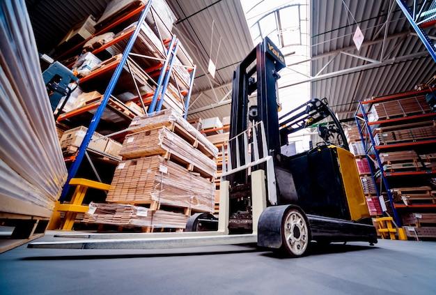 Caricatore del carrello elevatore nell'iarda della nave del magazzino di stoccaggio. prodotti di distribuzione. consegna. la logistica. trasporti. Foto Premium