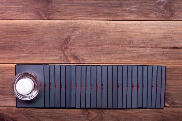 Cartomanzia Su Un Tavolo Di Legno Vista Dall Alto Carte Runiche Foto Premium