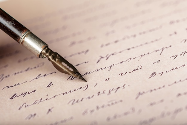 Penna stilografica su una lettera scritta a mano antica Foto Premium
