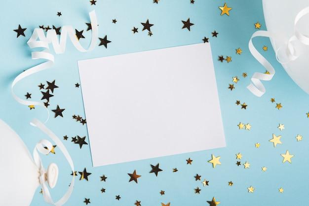 Cornice con stelle di coriandoli e palloncini su sfondo blu Foto Premium