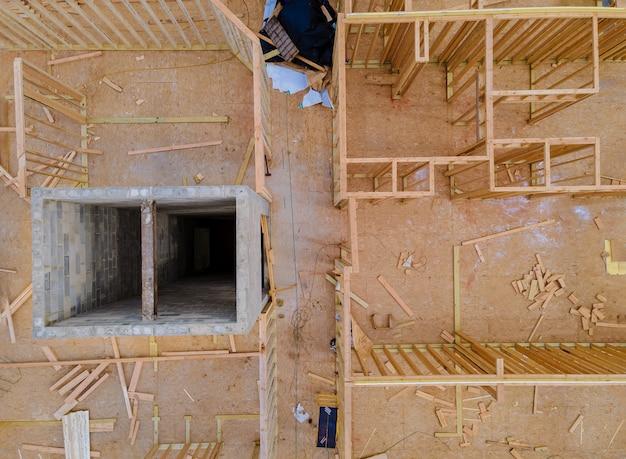 Inquadramento della struttura in legno del telaio della costruzione della casa in costruzione su un nuovo sviluppo Foto Premium