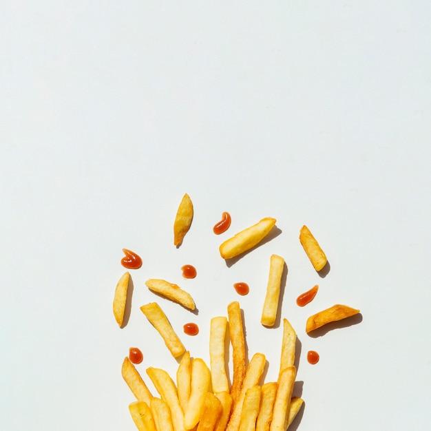 Patate fritte con ketchup su fondo grigio Foto Premium