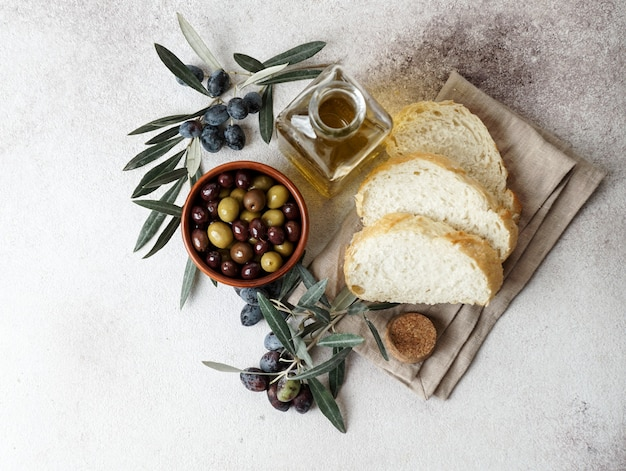 Olive nere e verdi fresche e olio d'oliva. vista dall'alto Foto Premium