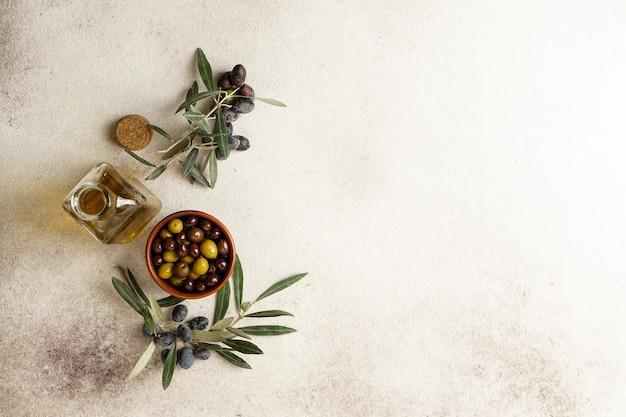 Olive nere e verdi fresche e olio d'oliva Foto Premium