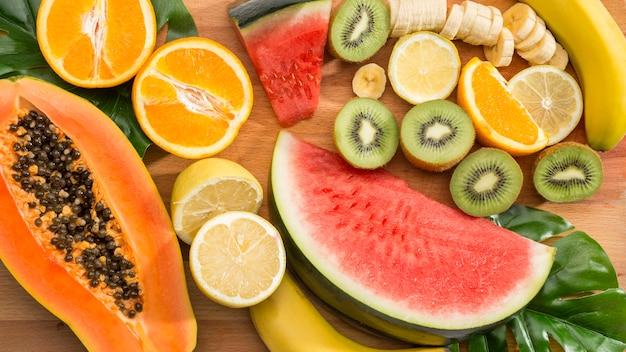 Vista superiore delle fette della frutta fresca Foto Premium