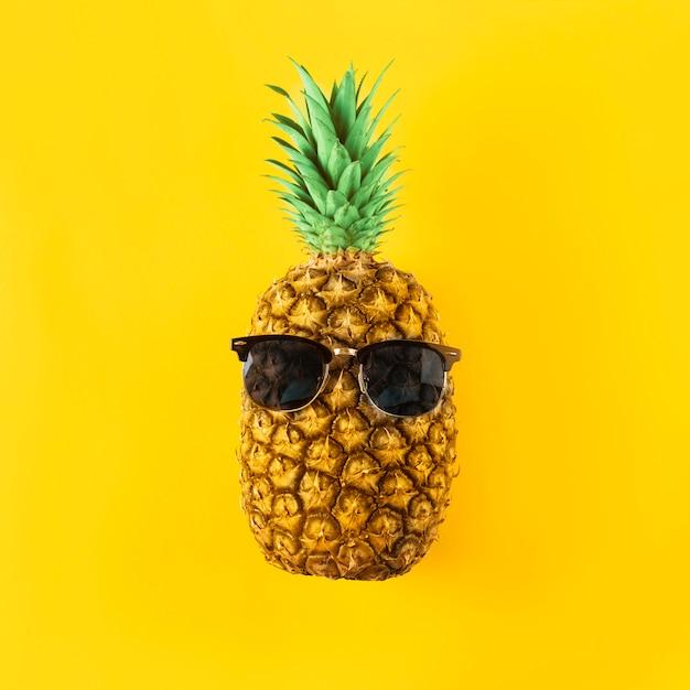 Frutta fresca con occhiali da sole Foto Premium