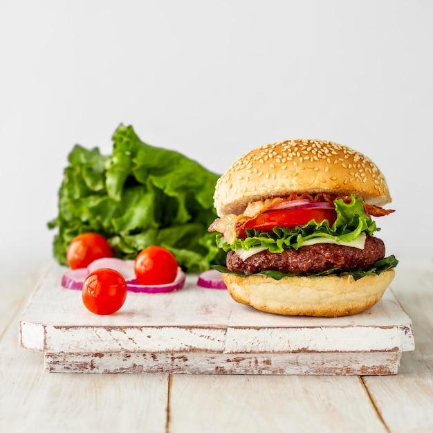 Hamburger fresco sul bordo di legno Foto Premium