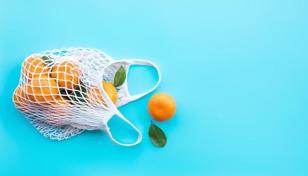 Arancia fresca dal giardino in borsa all'uncinetto sano e concetto di natura Foto Premium