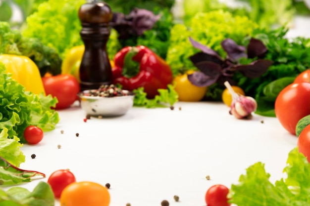 Ingredienti vegetali biologici freschi per una gustosa cucina vegetariana intorno allo spazio vuoto. concetto di cibo sano o dietetico Foto Premium