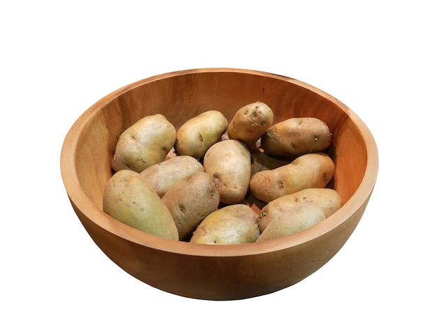 Patate fresche in una ciotola di legno isolato su sfondo bianco. Foto Premium
