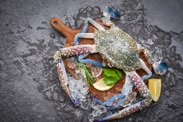Granchio crudo fresco con ingredienti Foto Premium