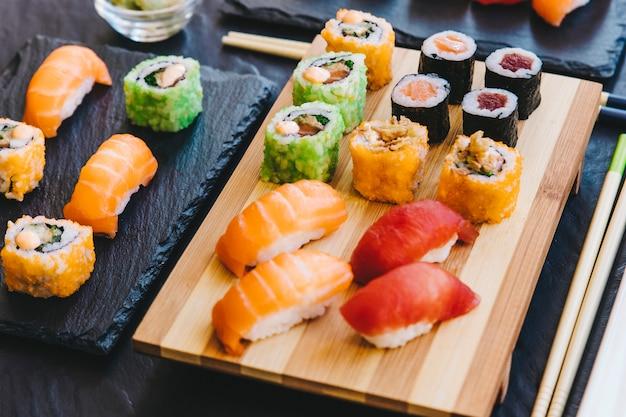 Sushi fresco su tavole Foto Premium