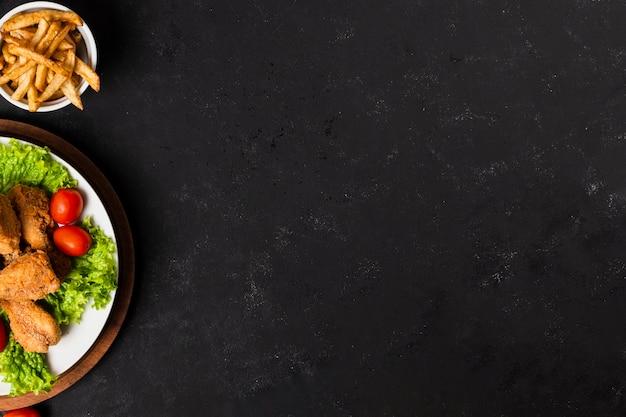 Pollo fritto e patatine fritte con spazio di copia Foto Premium