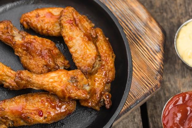 Pollo fritto sul piatto con varietà di salse Foto Premium