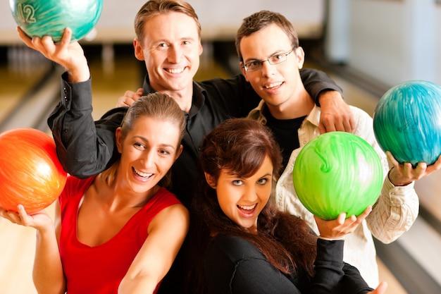 Amici bowling insieme Foto Premium