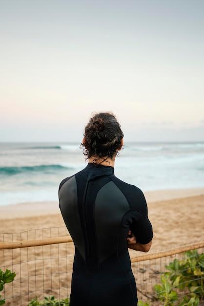Da dietro l'uomo del surfista girato all'aperto Foto Premium