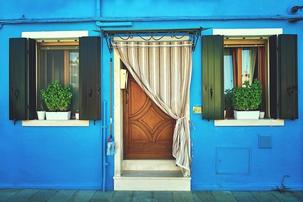 Davanti alla casa blu dell'isola di burano. italia, venezia. tonica Foto Premium