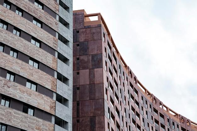 Vista frontale di condomini in città con copia spazio Foto Premium