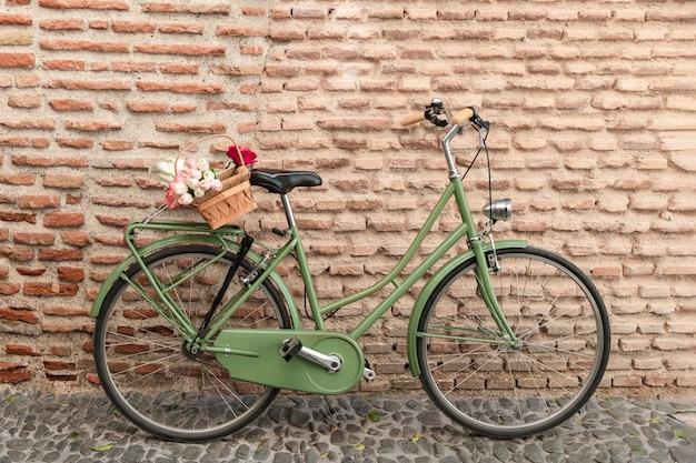 Vista frontale della bicicletta con cesto di fiori Foto Premium