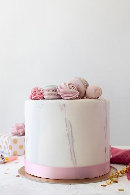 Vista frontale della torta birthady con copia spazio Foto Premium
