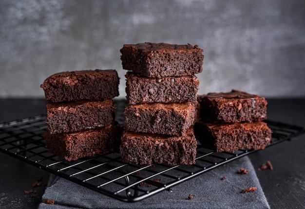 Vista frontale dei brownies sullo scaffale di raffreddamento Foto Premium