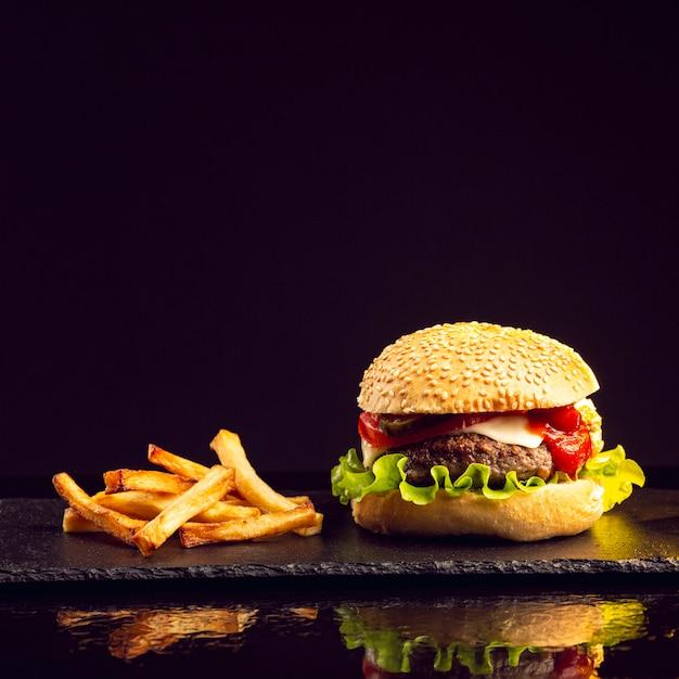 Hamburger vista frontale con patatine fritte Foto Premium