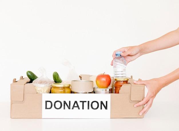 Vista frontale della scatola di donazione di beneficenza con spazio di copia Foto Premium