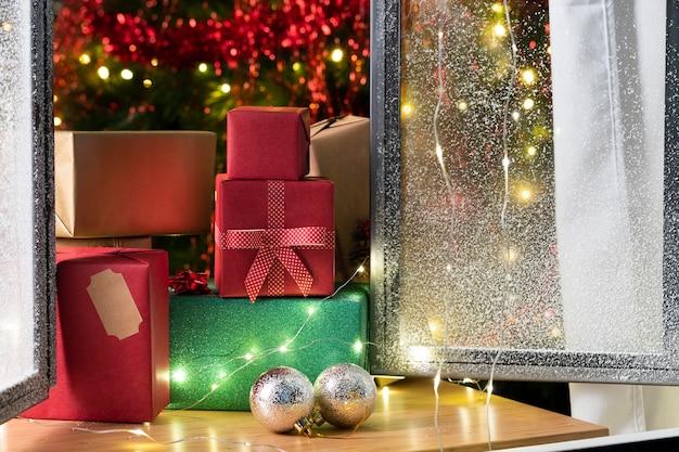 Vista frontale dell'albero di natale e regali Foto Premium