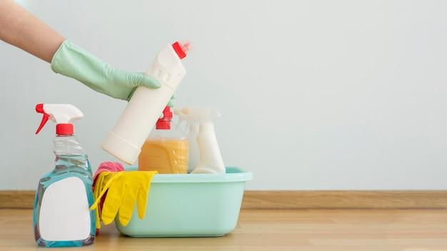 Vista frontale dei rifornimenti di pulizia in secchio con lo spazio della copia Foto Premium