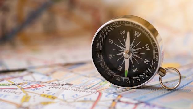 Bussola di vista frontale e mappa di viaggio Foto Premium
