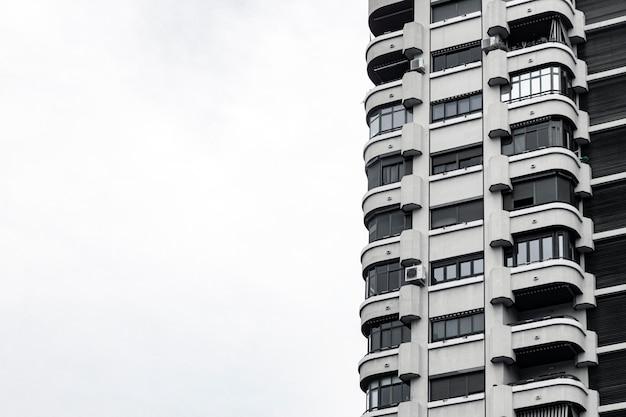 Vista frontale di un edificio in cemento in città con copia spazio Foto Premium