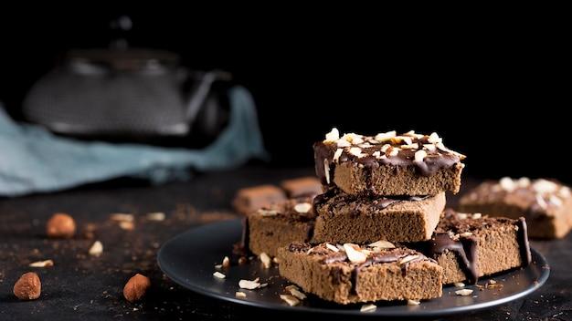 Vista frontale della deliziosa torta al cioccolato con mandorle Foto Premium