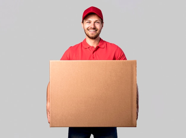 Uomo di consegna vista frontale con scatola Foto Premium