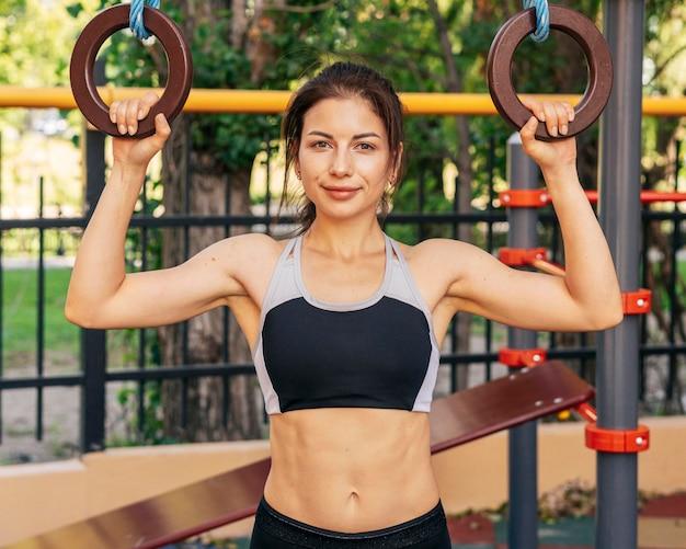 Donna di smiley in forma di vista frontale Foto Premium