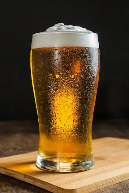 Vista frontale del bicchiere di birra Foto Premium