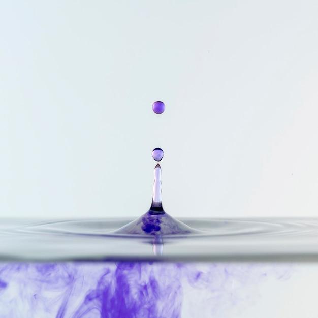 Vista frontale di liquido e gocce Foto Premium