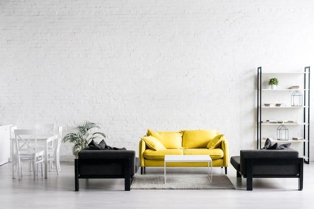 Vista frontale del moderno salotto Foto Premium