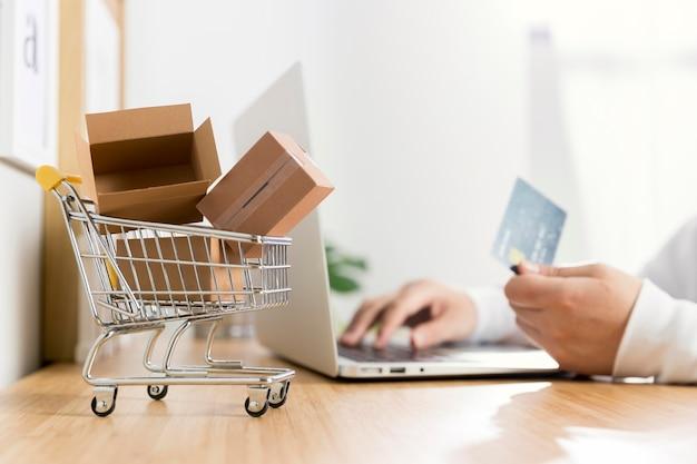 Vista frontale del concetto di shopping online Foto Premium