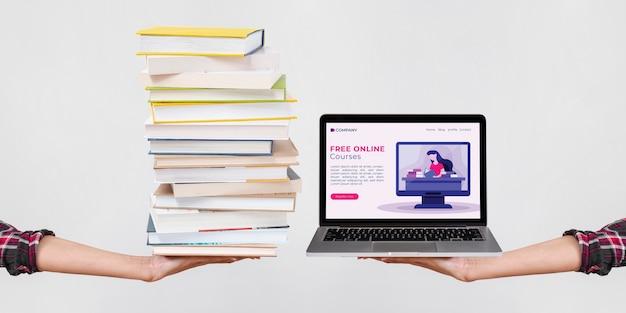 Pila di libri di vista frontale accanto al computer portatile Foto Premium