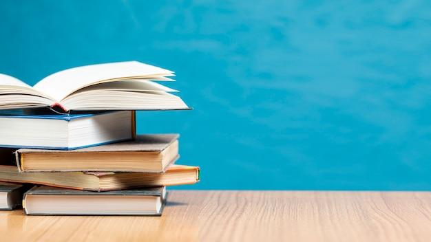 Pila di libri di vista frontale con spazio di copia Foto Premium