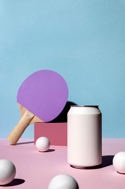 Vista frontale di palline da ping pong e pagaia con lattina di soda e copia spazio Foto Premium
